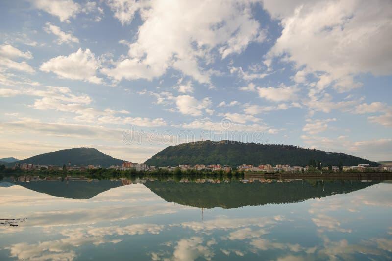 Riflessione del cielo in acqua calma fotografia stock libera da diritti