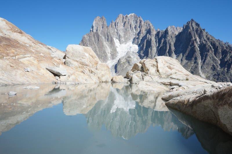 Riflessione del ` delle montagne fotografia stock