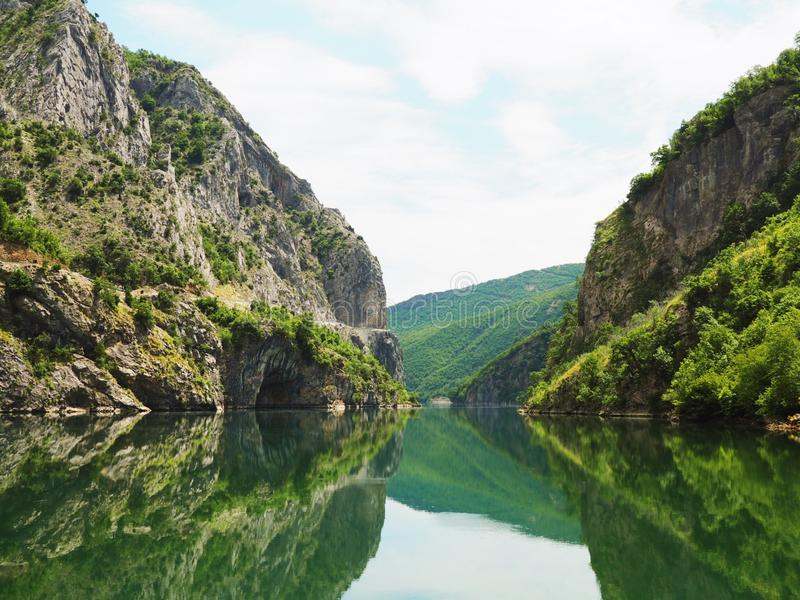 Riflessione del fiume della montagna fotografie stock