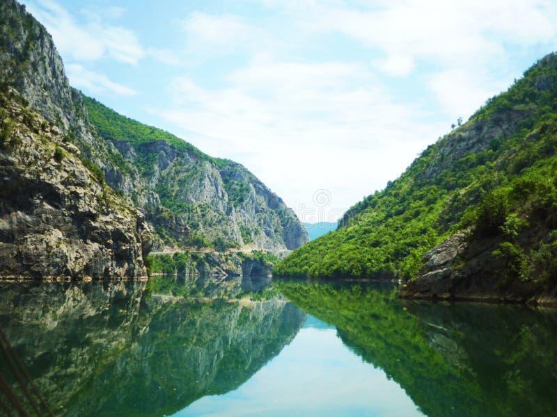 Riflessione del fiume della montagna fotografie stock libere da diritti