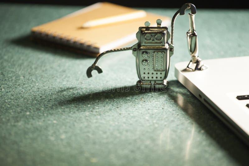 Riflessione del fondo del marmo della matita del blocco note del computer portatile di aspirapolvere del robot fotografia stock libera da diritti