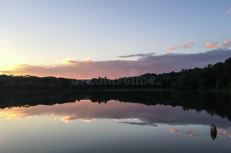 Riflessione del lago al crepuscolo fotografie stock libere da diritti