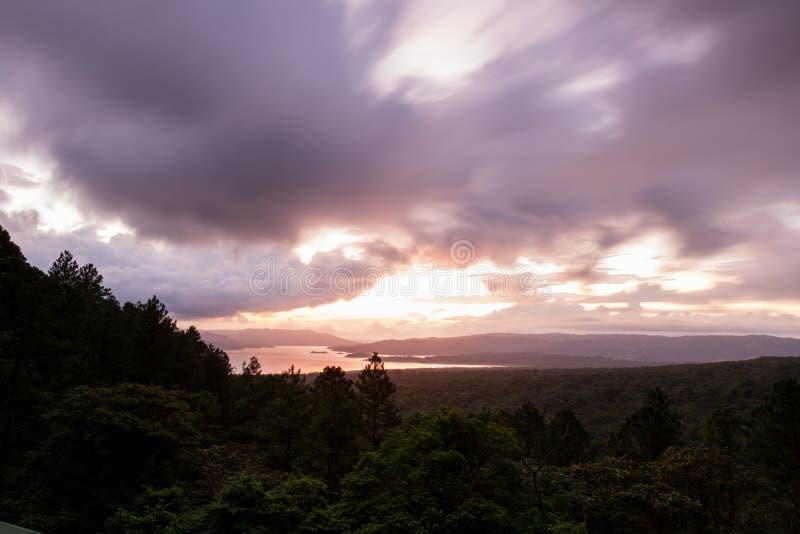 Riflessione del lago Arenal il sole fotografia stock libera da diritti