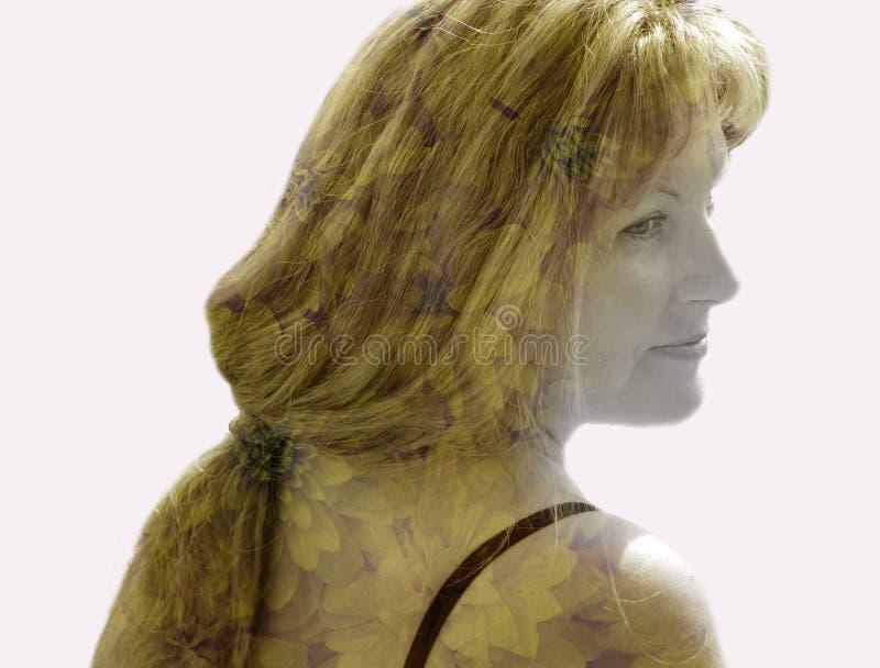 Riflessione del mondo interno dei pensieri della ragazza in una doppia esposizione, 3D fotografia stock libera da diritti