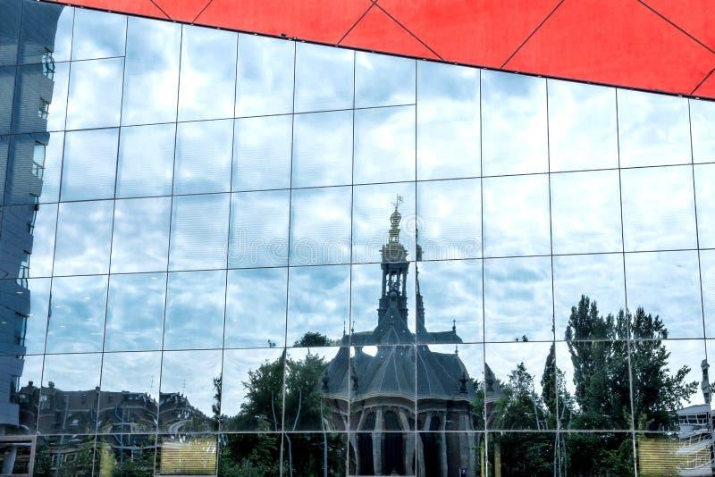 Riflessione del Nieuwe Kerk su Spuiplein, Den Haag immagine stock