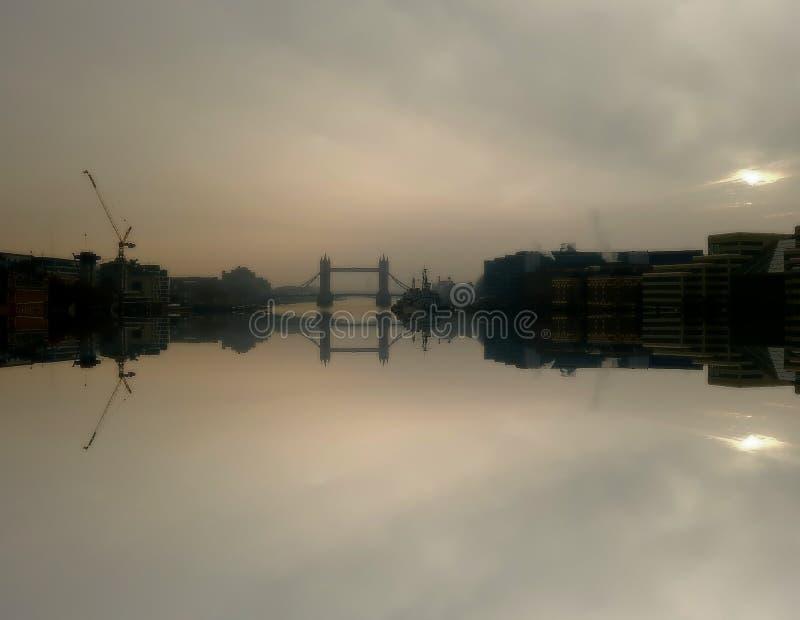 Riflessione del ponte della torre fotografia stock libera da diritti
