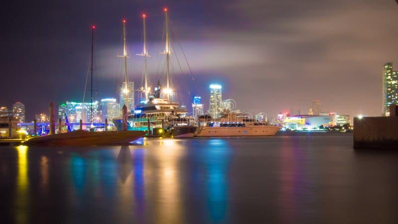 Riflessione del ` s del Boatyard sotto le acque per Watson Island immagini stock
