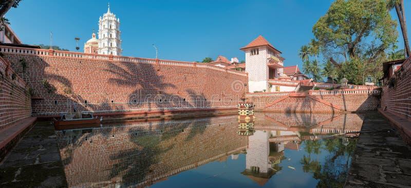 Riflessione del tempio indù in stagno - Ponda, Goa, India immagini stock
