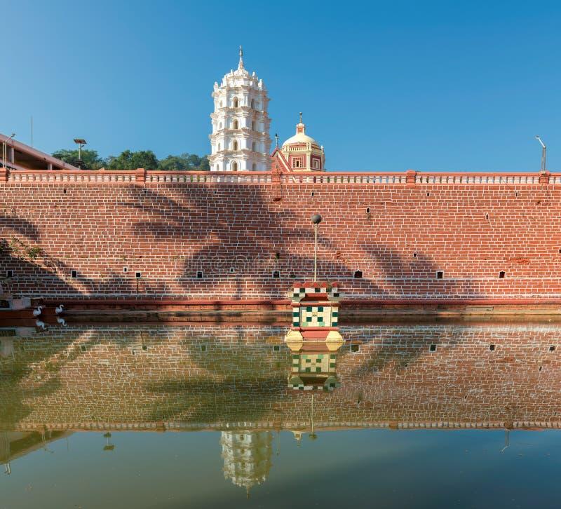 Riflessione del tempio indù in stagno - Ponda, Goa, India fotografie stock