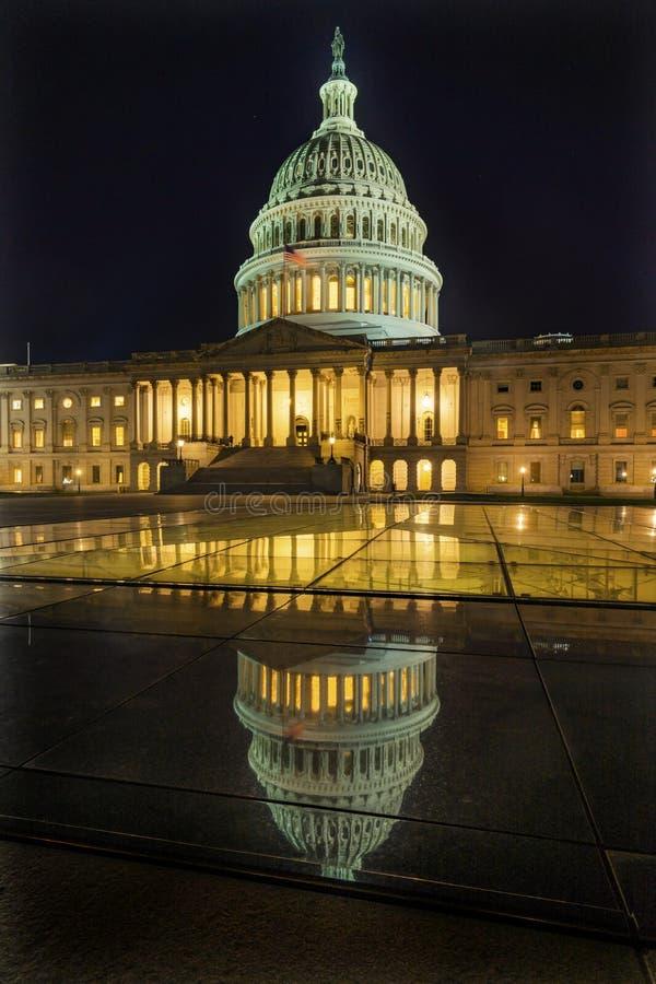 Riflessione del Washington DC delle stelle di notte di riflessione del Campidoglio degli Stati Uniti immagine stock libera da diritti