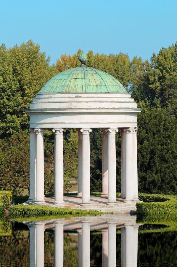 Riflessione dell'acqua di un tempio con la cupola fotografia stock