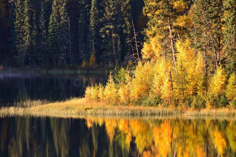 Riflessione dell'acqua nel lago jade fotografia stock