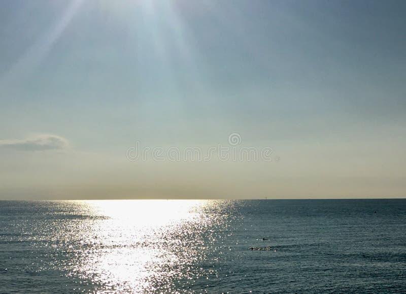 Riflessione dell'alba sul mare immagini stock