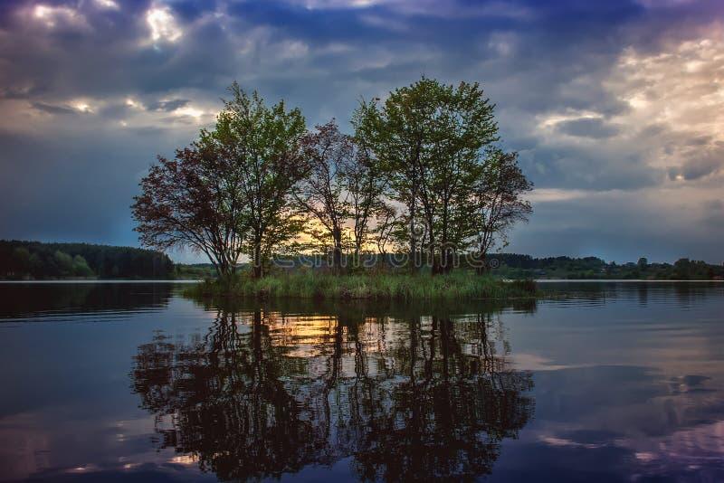 Riflessione dell'isola nell'acqua Fiume Teterev immagine stock