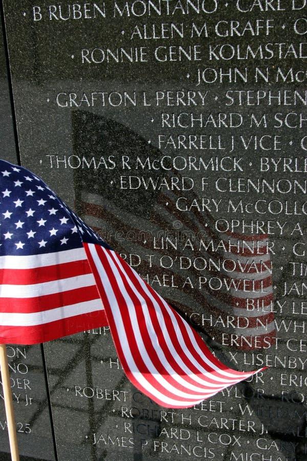 Riflessione della bandiera americana sulla parete del Vietnam immagine stock libera da diritti