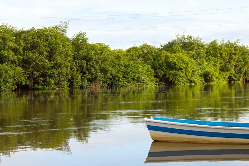 Riflessione della barca in acqua di fiume calma fotografie stock libere da diritti