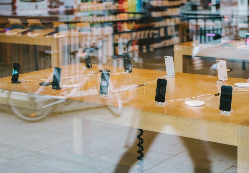 Riflessione della città in iphone X di Apple Store fotografia stock