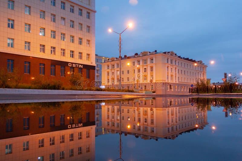Riflessione della città della pozza, Noril'sk immagini stock libere da diritti