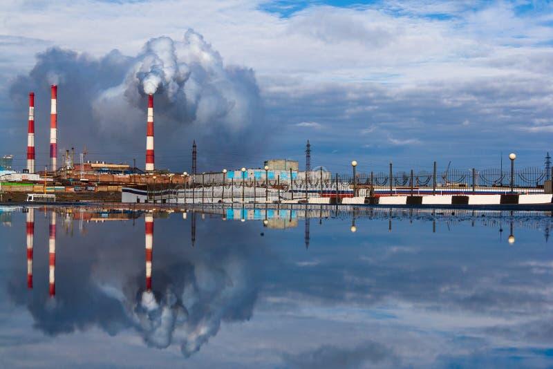 Riflessione della città della pozza, Noril'sk fotografie stock