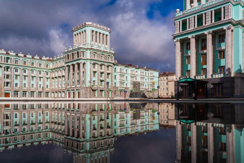 Riflessione della città della pozza, Noril'sk immagine stock