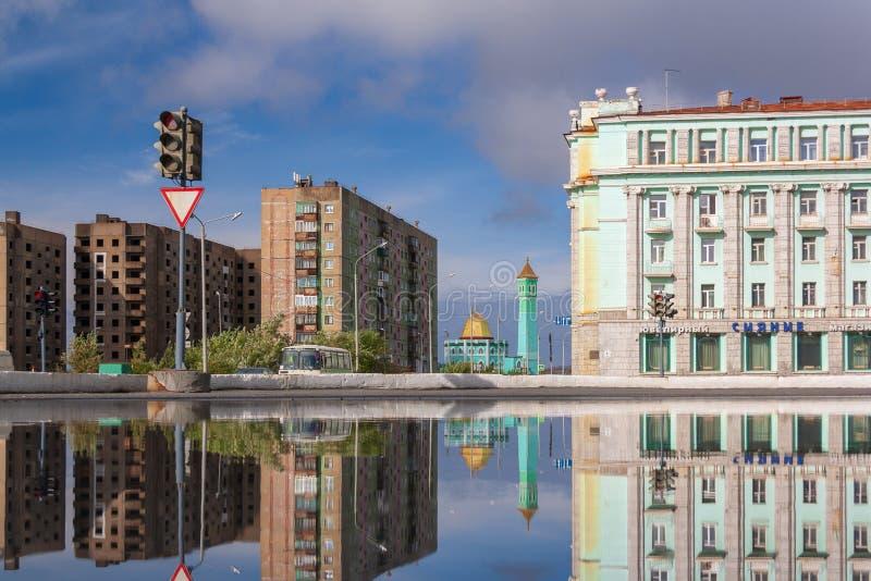 Riflessione della città della pozza, Noril'sk immagine stock libera da diritti