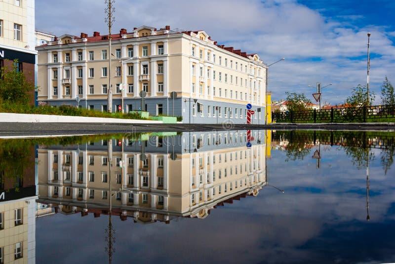 Riflessione della città della pozza, Noril'sk fotografia stock