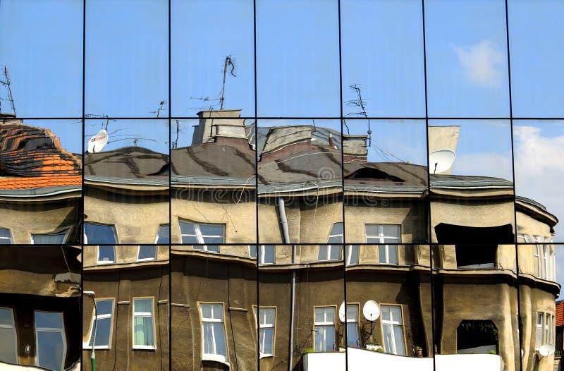 Riflessione della costruzione in specchi e nella deformità immagini stock