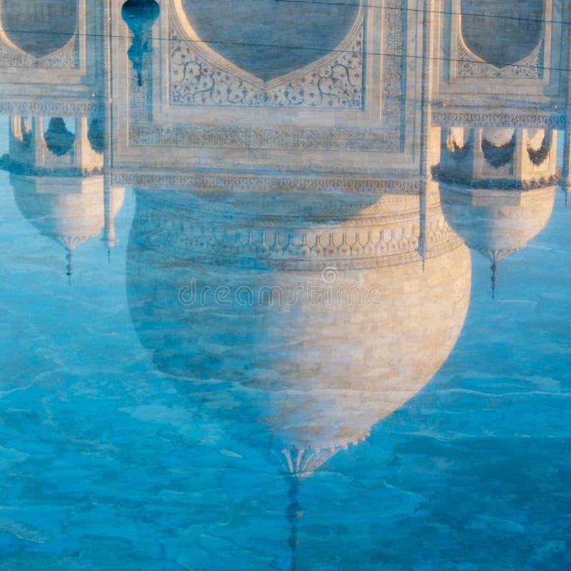 Riflessione della cupola del Taj Mahal. fotografia stock