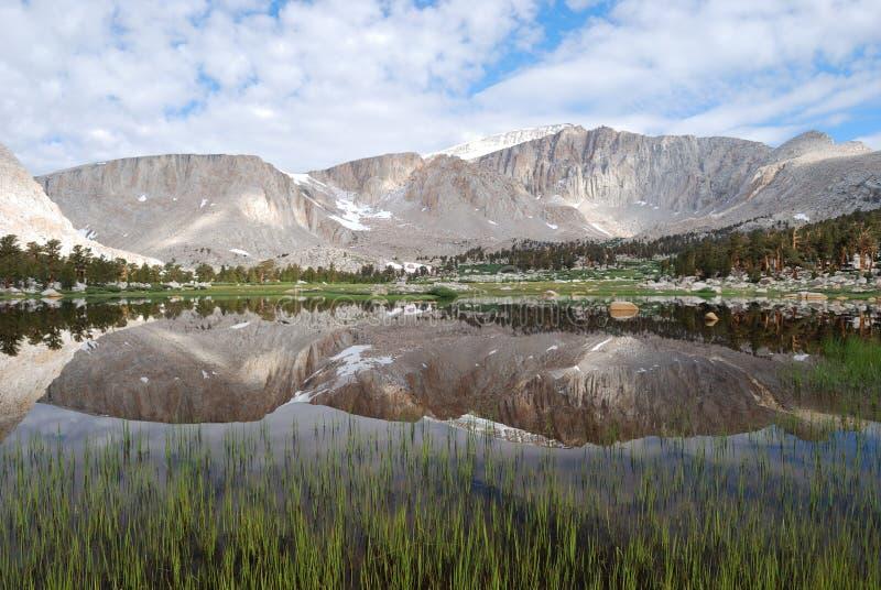Riflessione della montagna fotografie stock libere da diritti