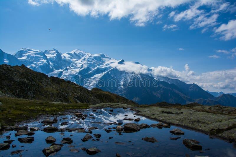 Riflessione della montagna fotografie stock