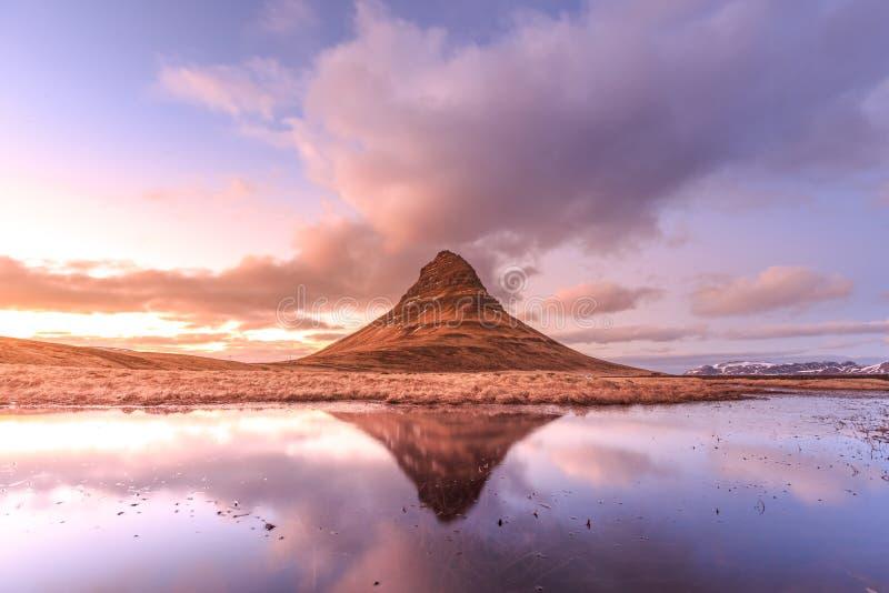 Riflessione della montagna di Kirkjufell nella bella alba fotografie stock libere da diritti