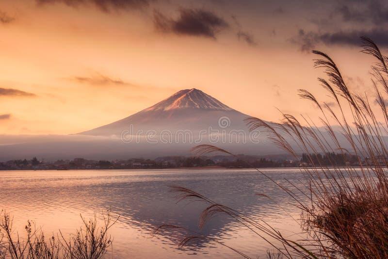 riflessione della montagna Fuji-san sul lago Kawaguchiko ad alba immagini stock libere da diritti