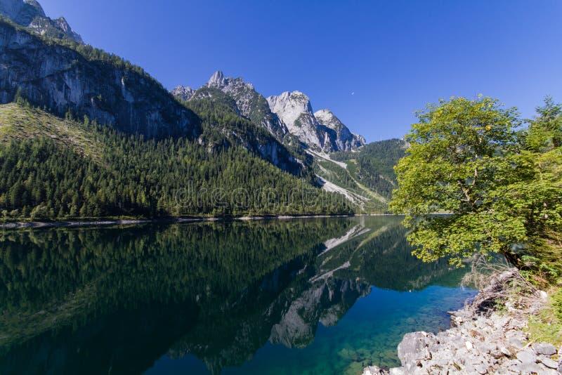 Riflessione della montagna nel lago Gosau immagine stock libera da diritti
