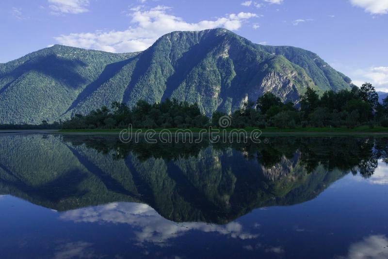 Riflessione della montagna sul lago fotografia stock