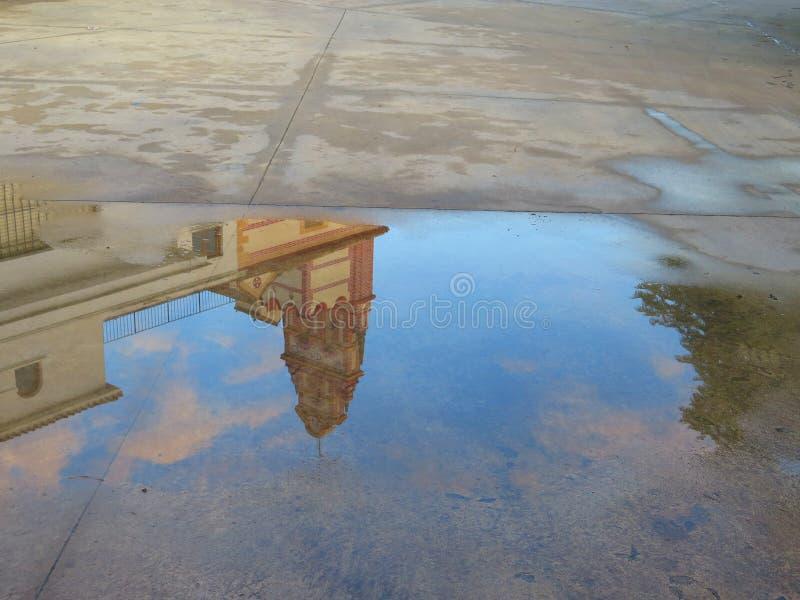 Riflessione della pozza della pioggia fotografia stock