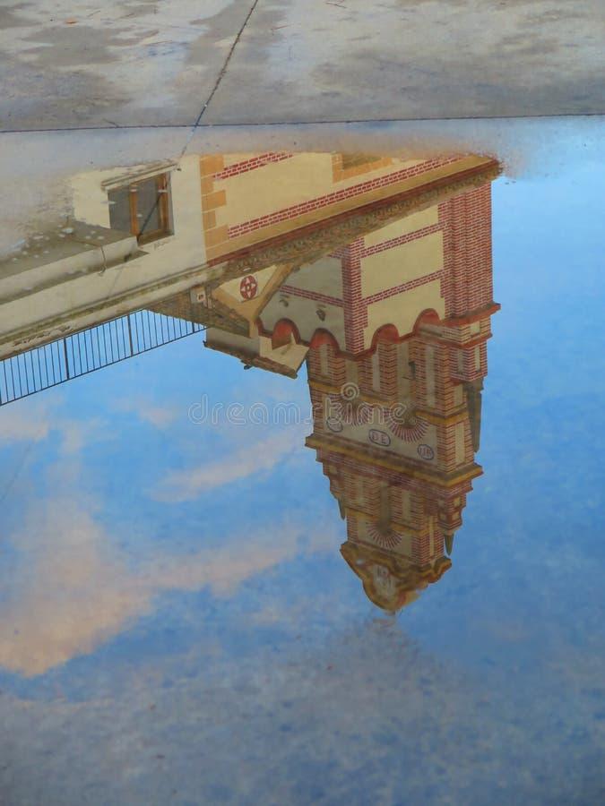 Riflessione della pozza della pioggia immagini stock libere da diritti
