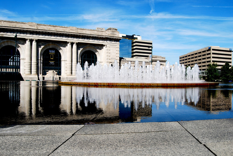 Riflessione della stazione del sindacato con la fontana di acqua fotografie stock libere da diritti