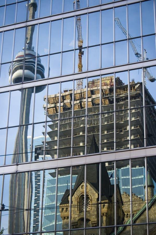 Riflessione della torretta e della costruzione del cn fotografie stock