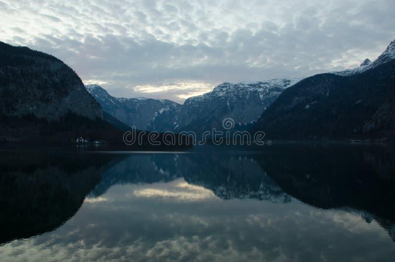 Riflessione delle alpi a Hallstatt fotografie stock