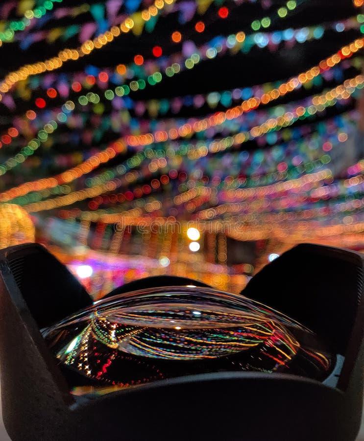 Riflessione delle luci della decorazione durante il festival immagine stock
