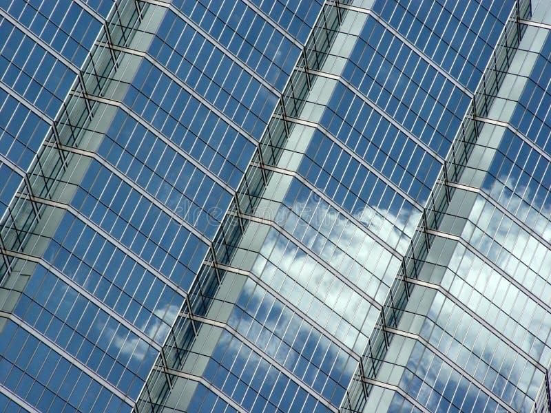 Riflessione delle nubi e del cielo blu fotografia stock