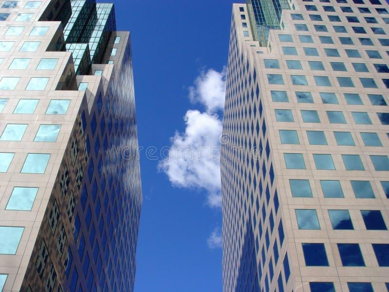 Riflessione delle nubi e del cielo blu fotografia stock libera da diritti