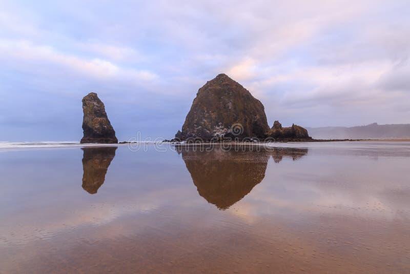 Riflessione delle rocce fotografie stock