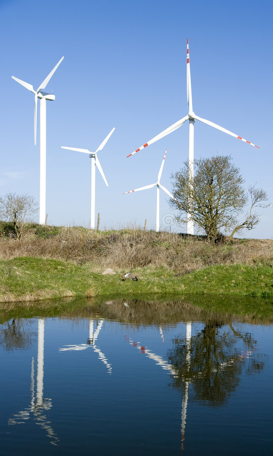 Riflessione delle turbine di vento fotografia stock