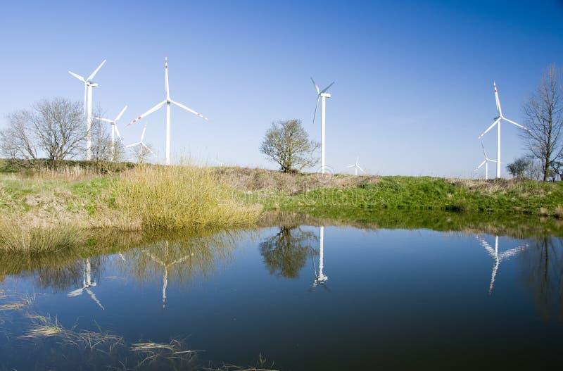 Riflessione delle turbine di vento fotografie stock
