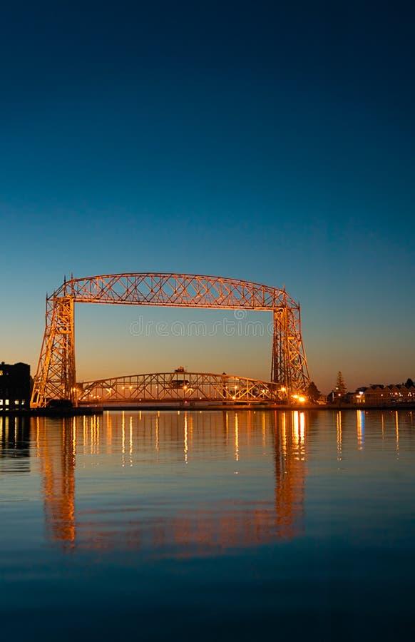 Riflessione di alba del ponticello di elevatore di Duluth Minnesota fotografia stock libera da diritti