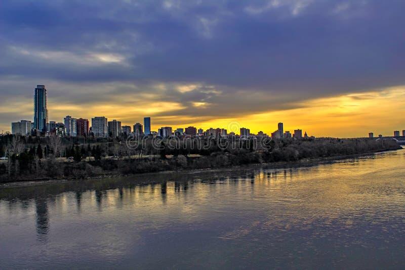 Riflessione di alba sopra il fiume fotografie stock