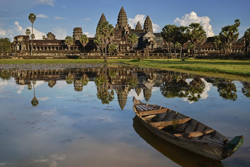 Riflessione di Angkor Wat nello stagno di loto con la barca sulla sera, Siem Reap, Cambogia immagine stock