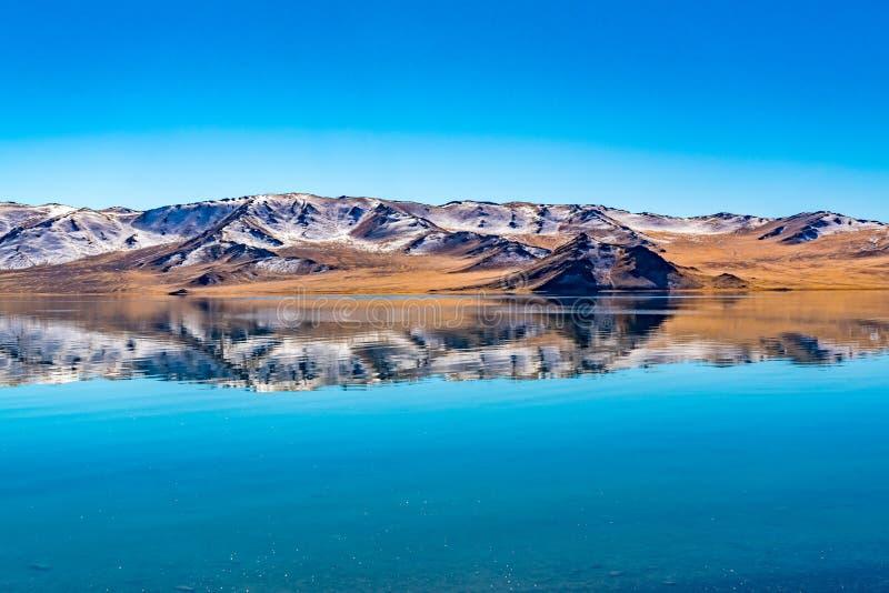 Riflessione di bella montagna in autunno sull'acqua fredda cristallina nel lago Tolbo fotografia stock libera da diritti