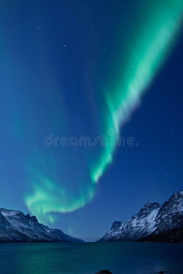 Riflessione di Borealis dell'aurora (indicatori luminosi nordici) immagine stock